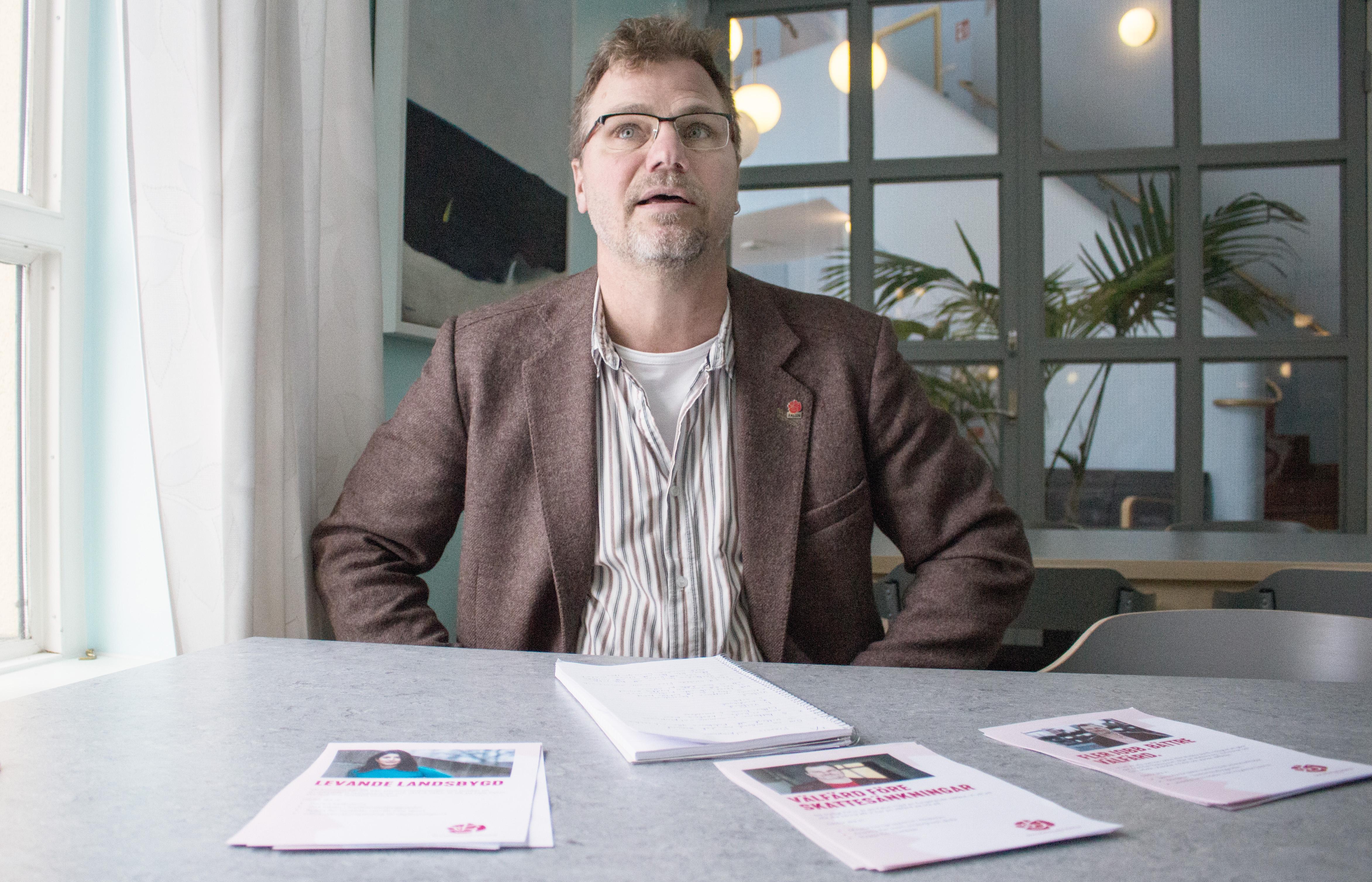 Jonas Lennerthson (S) uttalar sig inte om hur partiet vill prioritera om för att klara satsningar. Han har inte den insynen i ekonomin, säger Lennerthson.