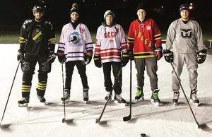 Jonas Liwing, i den klassiska CCCP-tröjan, tillsammans med ett gäng polare  i Vasaparken i december ifjol.Foto: Privat