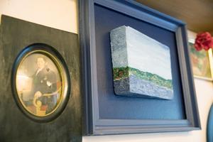 Den blåa tavlan har Alf målat själv och den föreställer Annersia.