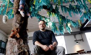 Frövifors pappersbruksmuseums vänförening har under vintern byggt en sagoskog som är en läsplats för barn visar museichef Mikael Tiderman.