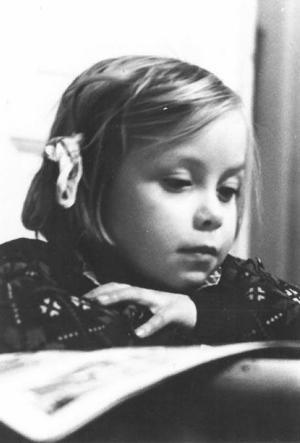 Margaretha fångad på bild just när hon sitter och läser.