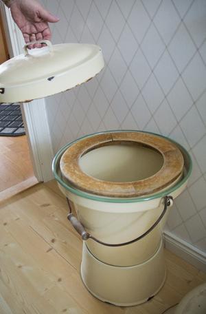 En bärbar toaletthink med träsits hör till de lite mer udda föremålen i samlingen.