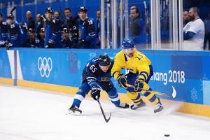 Simon Bertilsson i duell med Finlands Sakari Manninen under OS-turneringen i februari.Akrivbild: Joel Marklund/Bildbyrån