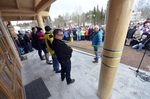 Trångt och massor av folk på plats när det nya museet vid Limedsforsen invigdes.