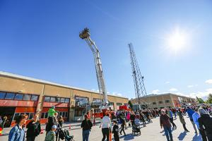 Bild från öppet hus på Trygghetens hus 2018. Kön till skyliften på Räddningstjänstens stegbil var lång och rörde sig långsamt.