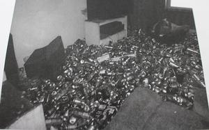 Skräp täckte det mesta av golvytan i huset där de 54 katterna levde i misär.  Foto: Länsstyrelsen