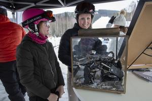 Lova och Christina Nilsson från Hudiksvall försöker gissa antalet nycklar i tältet hos Hälsinglands fastighetsbyrå och Bilmetro.