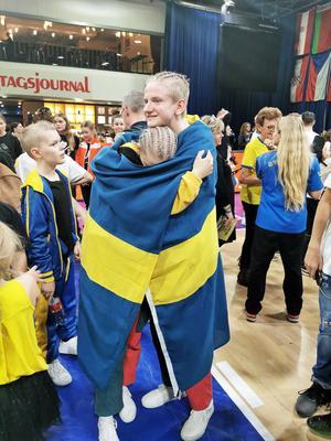 Milla och Alex blev både glada och överraskade av silvermedaljen. Foto: Madelene Edman.