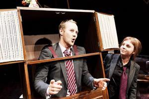 SJUNGANDE MÖBEL. I musikalen om Ingvar Kamprads liv, som spelas på Teaterbiennalen, blir IKEA-figuren en driftkucku som korsfästs på en midsommarstång av en ensemble i möbelkostymer.Möbelsaga om myternas man