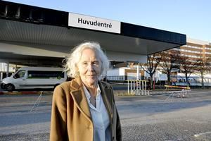 Lena Carlsson, sjukhusdirektör i Region Västernorrland, tror inte att förslaget om att minska antalet vårdplatser på sjukhusen kan förvärra läget när det gäller överbeläggningar.