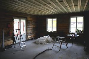 """Det gamla vardagsrummet ska bli kök. """"Vi har inga ritningar eller så vi anpassar oss lite vartefter,"""" säger Per-Olof."""