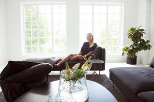 I vardagsrummet på entréplan har stora fönsterpartier satts in.
