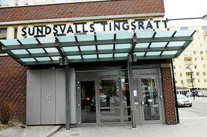 Tränaren åtalas vid tingsrätten i Sundsvall, misstänkt för att ha sexofredat en av flickorna i laget.