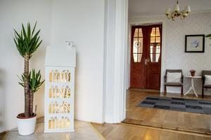 Pardörrarna i hallen ger en varm och välkomnande känsla.