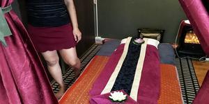 """""""Visst frågar kunder om sex, men vi säger nej"""", säger kvinnan på thaimassagesalongen."""