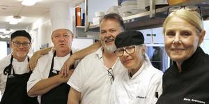 Lärarna på restaurangutbildningen har fullt upp men hinner samlas för en snabb gruppbild. Från vänster Peter Abrahamsson, Kent Berglund,  John Thiman, Ki Vilhelmsson-Rask och Maria Svensson.