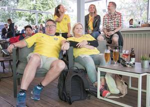 Mats och Agneta Lidestig följde matchen med stort intresse när den visades på Frimis storbilds-tv.