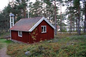 En gång i tiden låg fiskarkapellet på en ö, nu är det en bra bit ner till havet från Bergöns kapell.