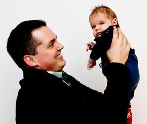 Tomas Montén med sin nyfödda son, vintern 2013. Foto: Anki Haglund