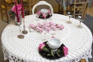 Vitt, rosa, silver känns romantiskt. Tänk på att inte ställa något högt i mitten, ni ska ju se varandra.