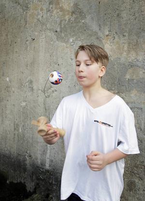 Oliver Mälby har tränat en hel del och har lärt sig många trick.
