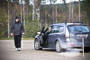 Hans-Åke Strömstedt, ordförande för SPF Järvsö, assisterar när Birgitta Helmersson tränar på avståndsbedömning.