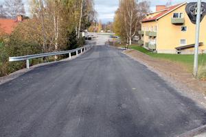 Det finns plats för en trottoar på den högra sidan av vägen och backen ner mot Alfta centrum. Det hade pensionärs- och handikappråd kunnat påtala, menar Olov Drebäck.