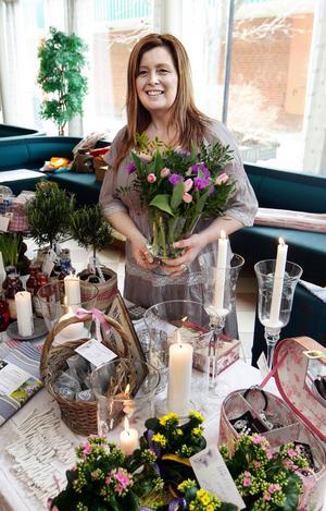 Annika Nygren driver Ånge blommor och har varit med på alla tjejdagar sedan starten för 6 år sedan. Hon dukade upp vårlika buketter och presentartiklar på sitt bord.
