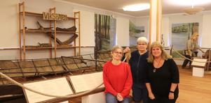 Gunilla Larsson, Britt Andersson och Marie-Louise Pettersson vid Viksbåten, som är placerad inne i museibyggnaden.