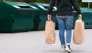 Skribenten tycker det ofta är för skräpigt vid återvinningsstationerna. Foto: FTI