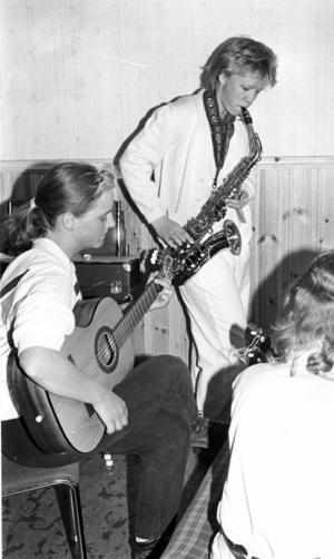En musikgrupp skrev och spelade in musik som sedan skulle säljas, antagligen på kassettband även om det inte framgår av ÖP:s reportage. Sofia Jonsson spelade gitarr och Anette Johansson saxofon.