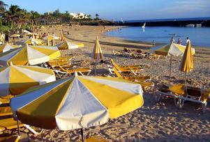 Färre arbetare än tjänstemän semestrar på Lanzarote, enligt skribenten.