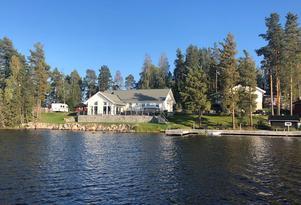 Trivselvilla på Trollarudden uppförd 2010. Egen brygga och soliga uteplatser. Foto: Privat.