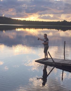 Flugfiske från bryggan i Fänriksfjärden, Hammerdal. Foto: Göte Karlsson