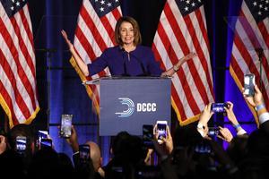 Representanthusets minoritetsledare Nancy Pelosi (demokrat), inför en jublande publik i form av Demokraternas anhängare vid valvakan tisdag 6 Nov. 2018, i Washington DC. Foto: AP Photo/Jacquelyn Martin.
