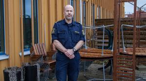 """Jan Sköldberg säger att egentligen ska folk inte behöva skruva fast trädgårdsmöbler och krukor men att det är bra att låsa in sådant som man är rädd om. """"Vi måste hjälpas åt med tillsyn grannar emellan och det är viktigt att fortsätta anmäla dessa stölder"""", säger Jan Sköldberg."""