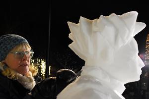 Lena Kriström arbetar fokuserat med detaljerna på sin snöskulptur.
