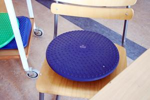 En särskild kudde kan hjälpa de elever som har svårt att sitta still.