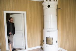 Ett av rummen i den röda 1700-talsgården har rustats upp under historiens gång. Troligen har det använts som sovrum, tror familjen Östberg.