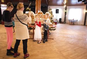 Sigrid och Jenny Svennevall förevigar pepparkakshotellet och Hilda Svennevall och Agnes Nordgren.