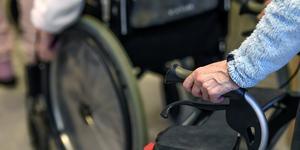 En person på ett äldreboende körde runt i rullstol på avdelningen, blev då förföljd och dragen i håret av en annan boende. Arkivbild: Pontus Lundahl, TT.