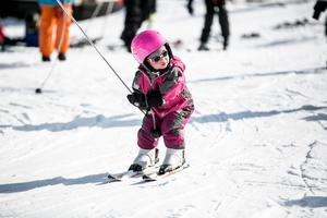 Tvåriga Elise Thunblad har alldeles nyss börjat åka skidor, men klarade det galant.