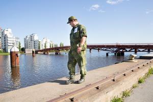 Hemvärnet söker av område efter område.Peter Sidmar letar vid Östra hamnen.