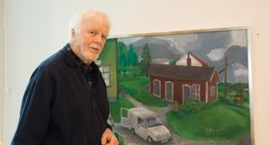 Många minns Stig Stjernberg som tecknare hos Sundsvalls Tidning.  Nu ställer han ut både teckning och måleri i Timrå bibliotek. Här har han fångat en gammal målerifirma som inte finns kvar.