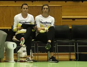 """Örebros amerikanska nyförvärv Carly De Hoog (till höger), var inte spelklar till matchen mot Degerfors Volley men skrevs upp som assisterande tränare och fick sitta med på bänken bredvid den """"riktiga"""" assisterande tränaren Annika Wallentin."""
