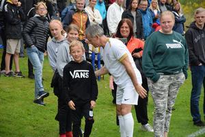9-årige Ramus Löfling passade på att utmana Anders Limpar i precisionsskytte under pausen i kändismatchen.