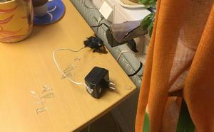 En adventsljusstake som stod inne på socialtjänst-kontoret fick sin sladd bortbränd av det papper som förkolnat. Undersökningar av Nationellt forensiskt center har visat att det inte var ett elfel som orsakade branden. Foto: Förundersökningen.
