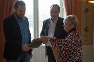 Jon God fick ta emot priset för årets unga innovatör och uppfinnare i Västernorrland 2019. Här tar han emot blommor och diplom av landshövdingen Berit Högman.