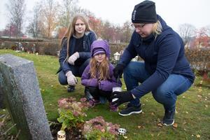 Elsa, Hilma och Linda Mattsson tände ljus på flera gravplatser på Kapellkyrkogården i Köping, bland annat  Lindas mormors och morfars.