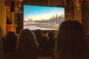 Med Göran Strands bilder på storbildsduk fick publiken både se och höra en ovanlig kyrkokonsert.